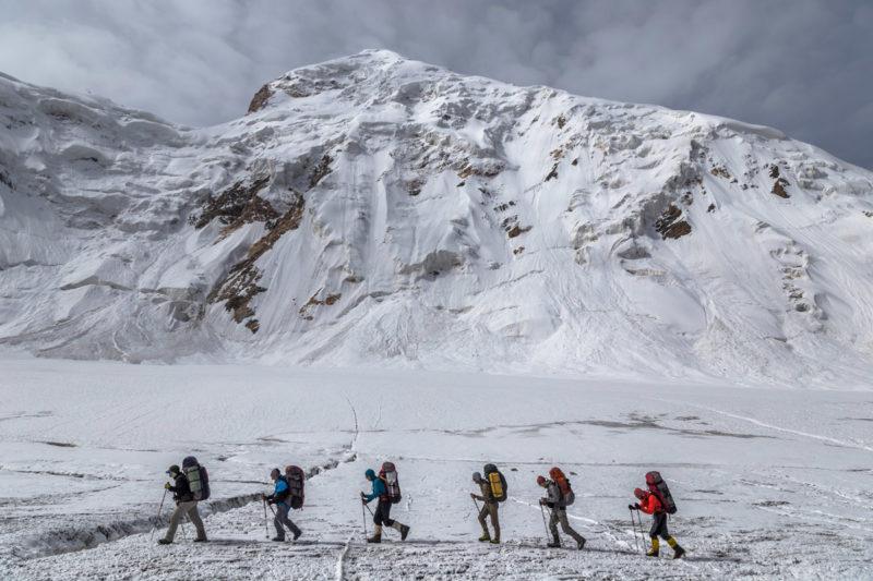 Туристы на леднике Комсомолец