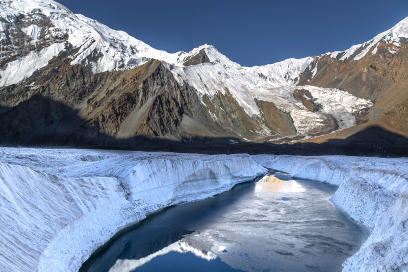 Озеро на леднике Пролетарский турист