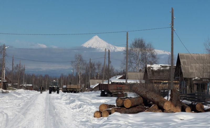 Вид из поселка Лазо на вулкан Острый Толбачик