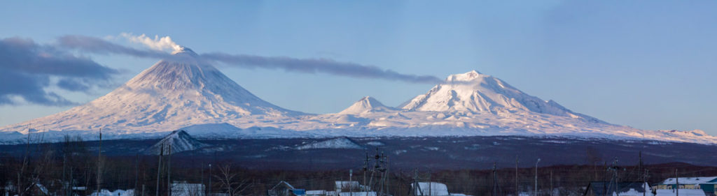 Вид из поселка Ключи на вулканы
