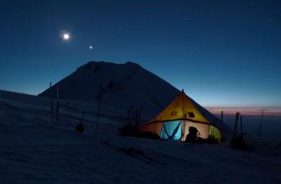 Лагерь на фоне Острого Толбачика