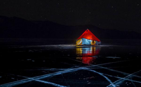 Палатка на льду Байкала
