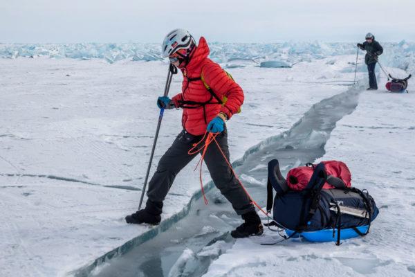 Через трещину на льду Байкала