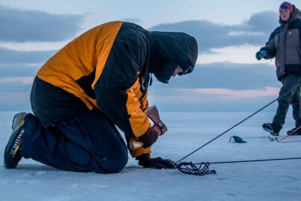 Установка палатки на льду