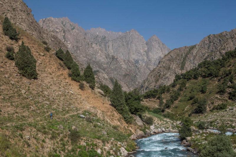 Долина р. Сиама в 3х км выше устья. Внизу долина р. Варзоб