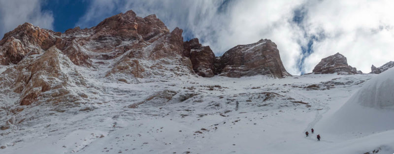 Под языком ледника с пер. Мирали. Слева заснеженные склоны в. Мария (4946)