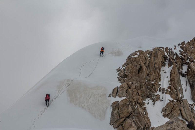 Движение по гребню в связках в направлении точки спуска