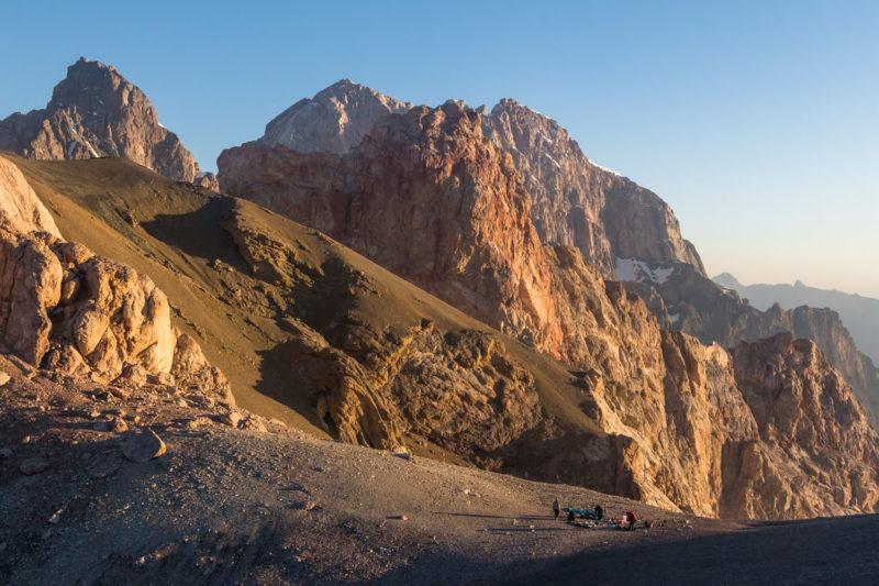 Перевал Седло Ганзы. Слева пик Черный, по центру Бодхона, справа Чапдара