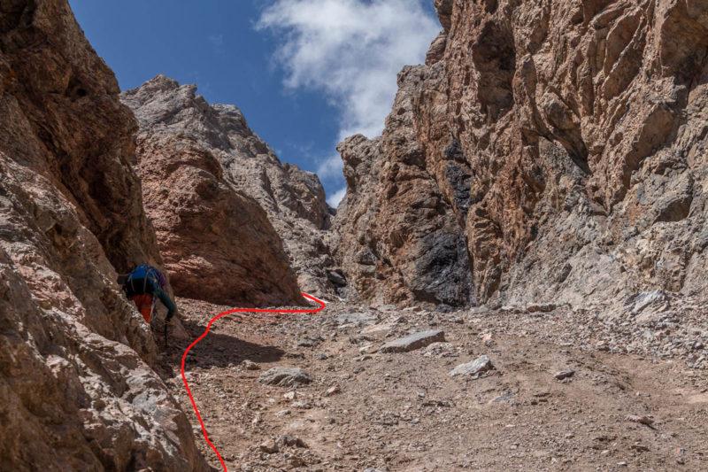 Фото 75. Основной кулуар после поворота налево перед скальным бастионом