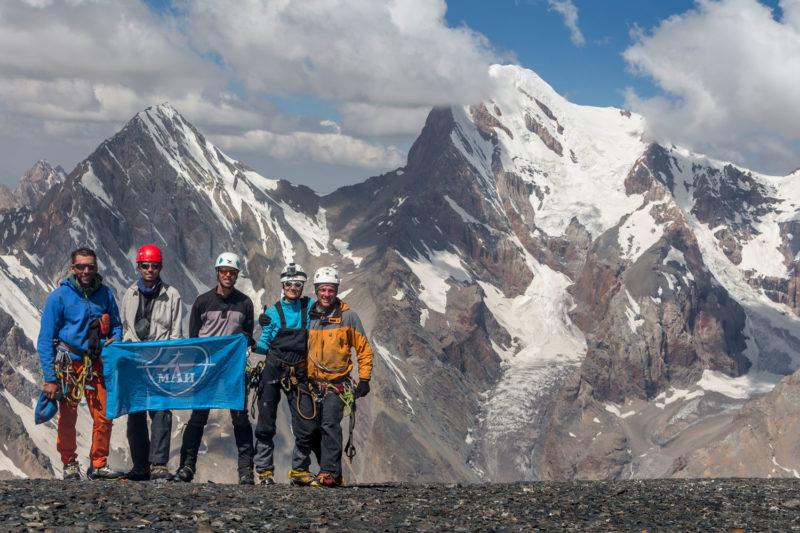 Группа на фоне Чимтарги