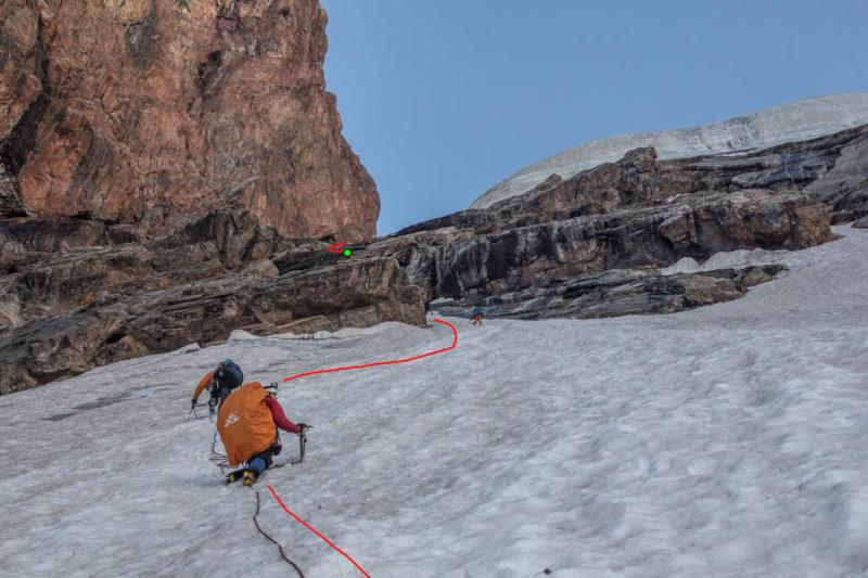 Спуск на 3 такта по снежному склону ниже выходов скал