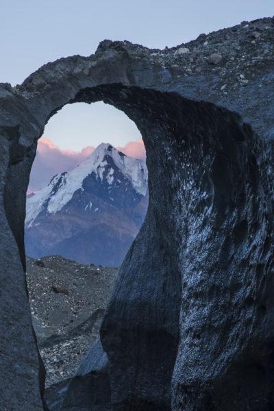Ледяная арка на Южном Иныльчеке