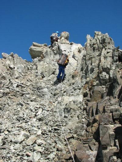 Первая веревка на спуск с вершины пика Кавказа Вост