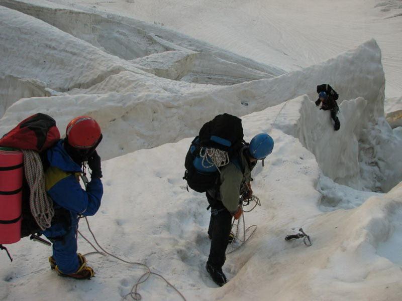 Преодоление ледовых разломов в нижней части Ушбинского ледопада