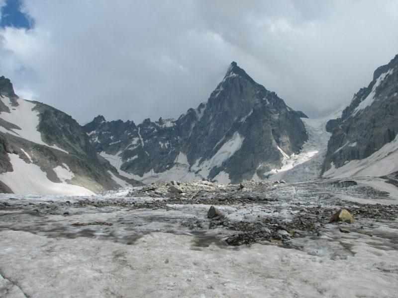 Пик Щуровского и Ушбинский ледопад с Шхельдинского ледника