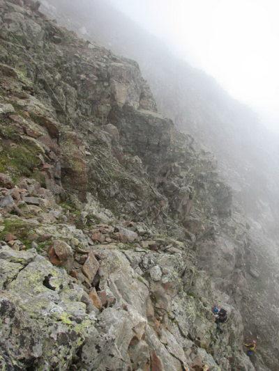 Подъем на перевал Бжедух. Перила по скалам.