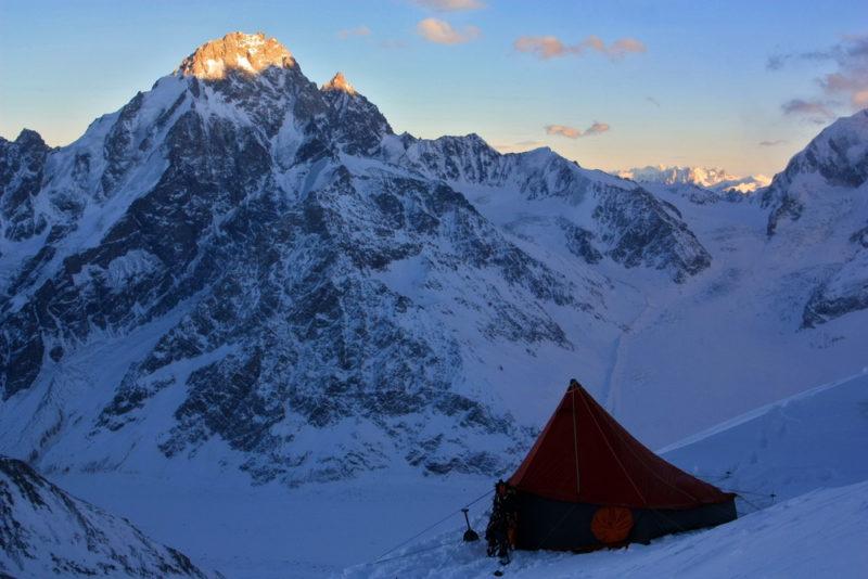 Лагерь на фоне Дыхтау