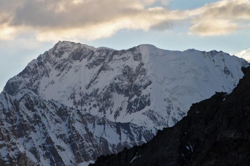 Пик Советских Офицеров (6233) и перевал Харченко (6101). Маршрут нашего подъема по границе снега и скал