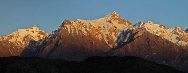 Правее высокой вершины пики Зорташ и Белая Пирамида. Слева пик Cоветский Таджикистан