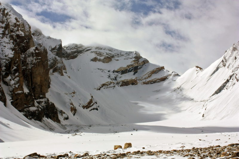 Слева пик Двуглавый, по центру его Ю-З гребень, правее две седловины пер.Сов. Инженеров