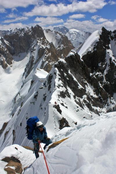 Вершина справа (5700), названная нами Гнездо Будимира - точка выхода на траверс