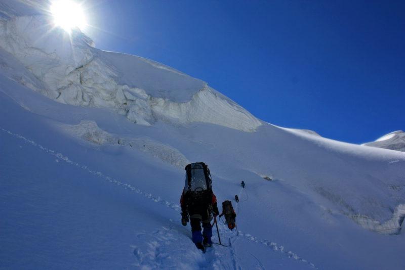 Верхний участок подъема на перевал Харченко. Вышли на снежные поля, обходим сбросы