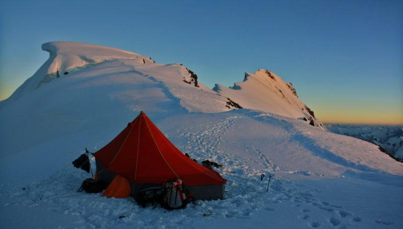 Лагерь на перевале Харченко. На заднем плане вершина пика Советских Офицеров (6233)