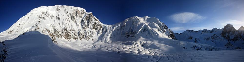 Панорама с перевала Оптимальный. Слева пик Советских Альпинистов (6366 м)