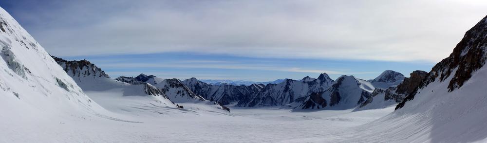 Панорама верховий ледника Грум-Гржимайло. Слева виден пик Холодная стена
