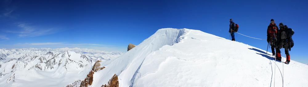 На вершине пика Революции (6974 м). На горизонте виден пик Ленина