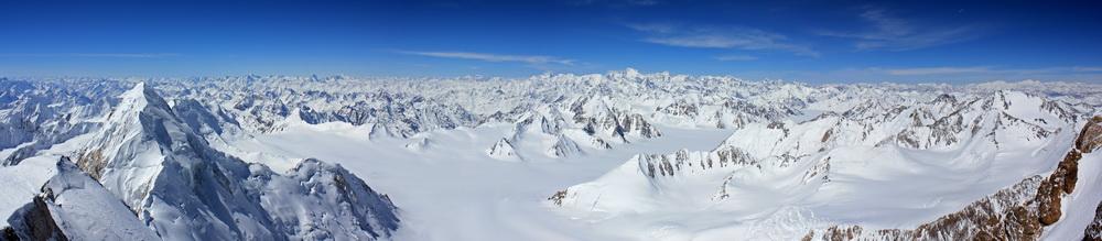 Панорама верховий ледника Федченко. Прямо - пик Коммунизма, справа - пик Ленина