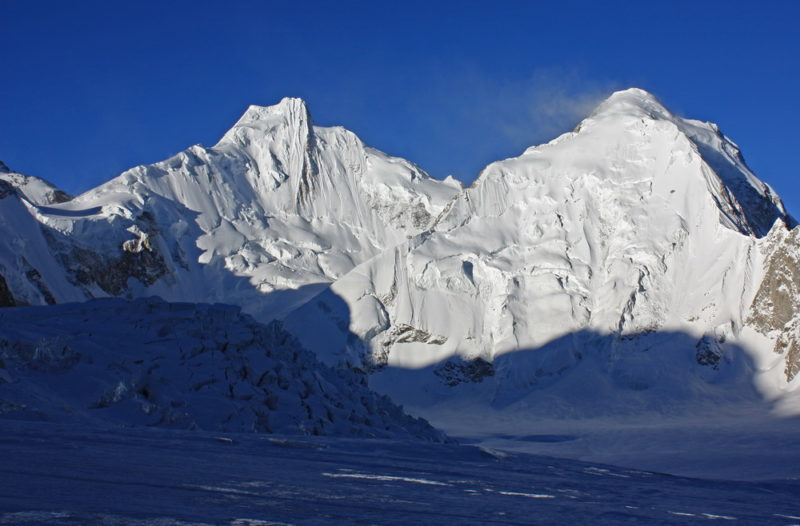 Пики Крыленко (6373 м) и Королева (6236 м)