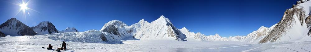 Слева - ледопад ледника Витковского, по центру - пик Фиккера, справа - слияние с ледником Федченко