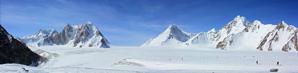 Ледник Федченко. Видны автоматические метеостанции. Прямо - перевал Абдукагор