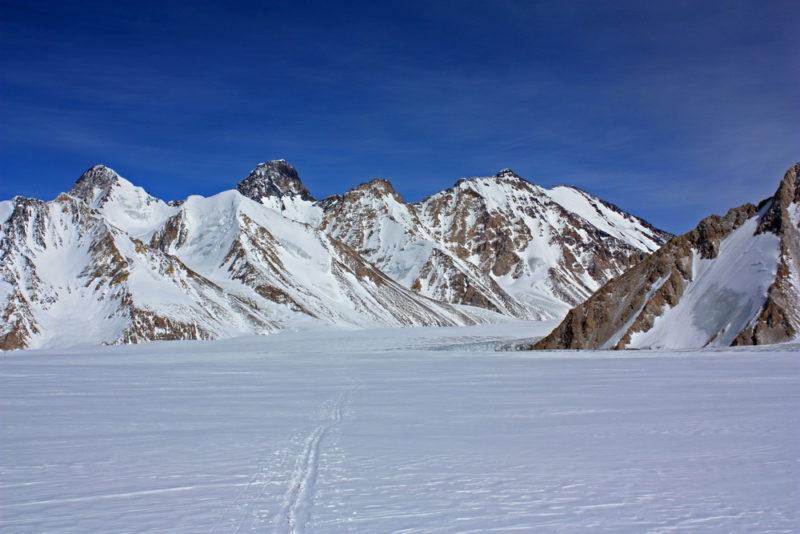 По центру - пик Высокая Стена (6301 м)