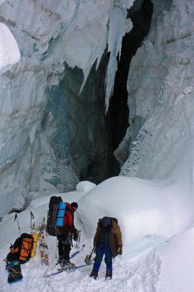 Выравниваем место под палатку в трещине на перевале Абдукагор