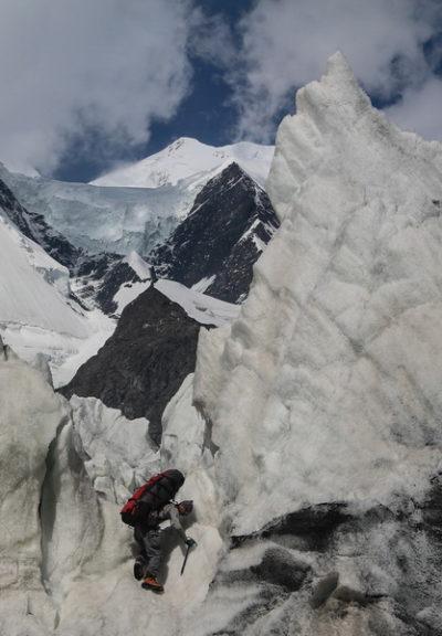 Сераки ледника Ошанина. На заднем плане пик Коммунизма