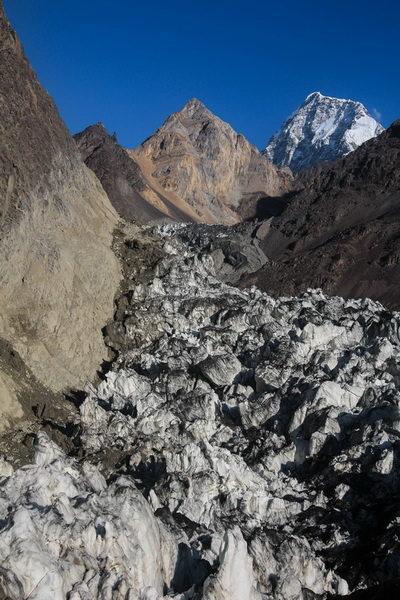 Ледник Ошанина и наш путь по левому (на фото) ранклюфту