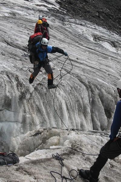 Прыжок через трещину в ледопаде перевала Кашал-Аяк