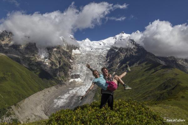 На фоне ледника Лаардад
