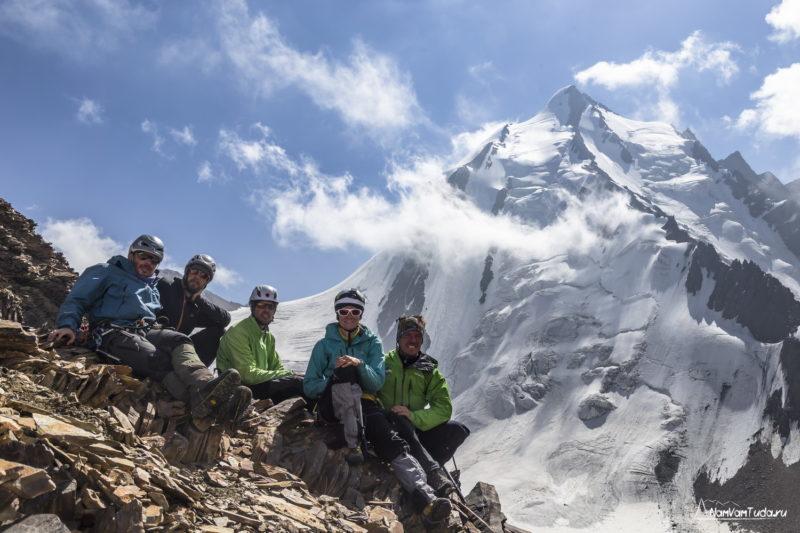 Команда Турклуба МАИ на фоне пика Пирамидальный
