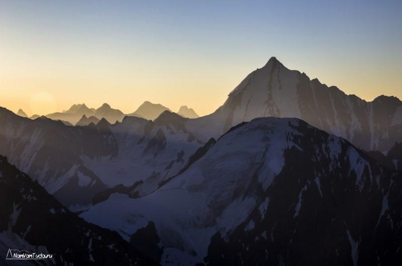 пик Пирамидальный на закате